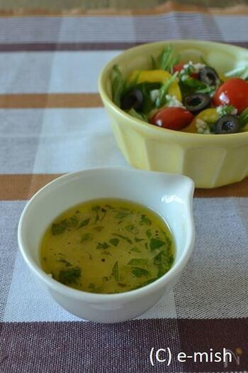 塩気のなかに深い甘さがある塩麹は、ドレッシングに使うのもおすすめです。はちみつを使ったり、スパイスを効かせたりした、4種類ものアレンジが紹介されています◎ 混ぜるだけでとても簡単なので、サラダ用に常備しておくのもいいですね!