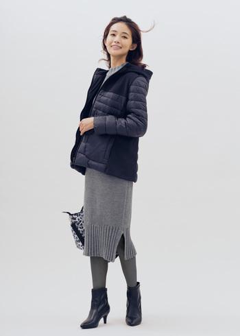 女性が本来持つ美しさを際立たせてくれるモノトーン。ベーシックなカラーを味方に付ければ、毎朝のコーディネートも簡単におしゃれが叶います。シンプルだけど雰囲気のあるグレーのニットワンピースは潔く一枚で着こなして。アウターとブーツを黒にして引き締めれば、スタイルよく決まります。