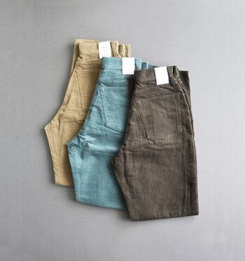 春夏はリネンやコットンなど爽やかな素材、秋冬はコーデュロイやベロアなどとろみ感のある素材の服を選ぶと季節感が出ておしゃれになります。