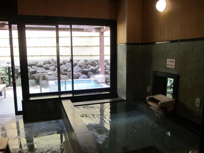 """秦野は、神奈川県を代表する湯処。宿泊しなくても、市内の旅館や入浴施設で、気軽に""""日帰り温泉""""が楽しめます。  当コースの「吾妻山」から「鶴巻温泉駅」へ向かう途上には、古くからの温泉街「鶴巻温泉郷」があり、現在数件の旅館と公営の温泉施設で、日帰りの入浴を楽しむことが出来ます。  鶴巻温泉の泉質は、弱アルカリ性塩化物泉。カルシウムイオンが豊富に含まれ、神経痛や筋肉痛に効能があり、ハイキング後の筋肉疲労、筋肉痛緩和に有効です。一風呂浴びれば、心身もすっきり。明日に疲れを残しません。  今コースを反対(鶴巻温泉駅→秦野駅)に歩いても、終点の秦野駅周辺にも、日帰りの入浴施設が点在しています。入浴施設を選んでから、始点終点を決めても良いでしょう。 【秦野市が運営する「弘法の湯」。画像は、施設内の貸し切り専用の「鶴の湯」。】"""