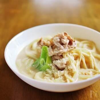 豆乳×味噌スープに、パルミジャーノ・レッジャーノ・チーズを加えるとコクのある美味しいスープの完成。 火を止めてからチーズを加えて軽めに溶かすのがポイントなのだそう。エノキ茸や豚肉も入って食べ応えも◎