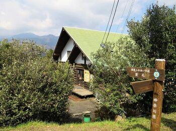 放牧場の傍ら、駐車場の向かいに建つログハウスの建物は、ジンギスカンレストランの「木里館(もくりかん)」です。