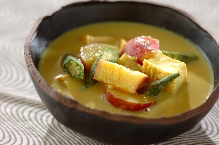 煮込んでとろりとしたサツマイモとカレー味のまろやかな豆乳スープの組み合わせが美味。 オクラや厚揚げも入っているので、食べ応えも◎ご飯もすすみそうですね。