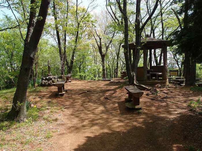 「善波峠」からさらに進むと「吾妻山」の山頂に到着です。山頂には、あづま屋があり、周囲にはベンチが置かれています。山中の休憩なら、ここが最後です。【4月中旬の「吾妻山」山頂】