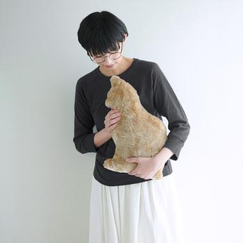 「Fabrico」の猫型クッション。パイル織物の生産地である和歌山県高野口の特殊加工を施した素材を使用し、本物のようななめらかな手触りを再現しました。