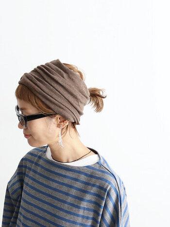 女性らしいココアカラーは、カジュアルコーデの小物としてもぴったり。全体的にボーイッシュな印象でも、どこか甘さを足してくれます。