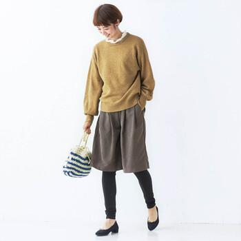 こちらはスカーチョとレギンスが一体になった、画期的なダブルボトムス。忙しい朝にもサッと履くだけで、あったか&きれいめスタイルが感性。マットな質感のスカーチョは、通勤やお出かけにもおすすめです。