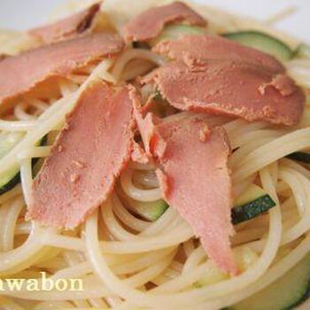 ボッタルガは、ボラの卵巣を使ったものが人気ですが、マグロもまた違った味わい。マグロのボッタルガは、ボラよりも赤みがあり、味は強め。パスタによく合います。