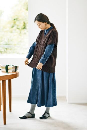 ダークブラウンは、デニムの上品な深みをさらに引き立ててくれます。大人っぽくデニムを着こなすならぜひ合わせたいカラーです。