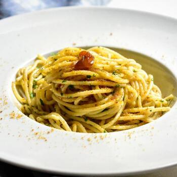 ボッタルガを使った料理といえば、パスタが代表格。ニンニク・イタリアンパセリ・唐辛子などをオリーブオイルで炒めて、ゆでたパスタとボッタルガパウダーを和えるだけです。最後に、写真のようにボッタルガを散らすとよりおしゃれ♪