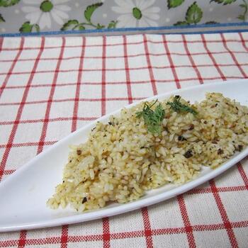 低カロリーのこんにゃく米をゆでて、ボッタルガパウダーを混ぜます。こんにゃく米だけでは粘りがなく味気ないのですが、ボッタルガのうまみでおいしくいただけます。ダイエットにうれしいですね。