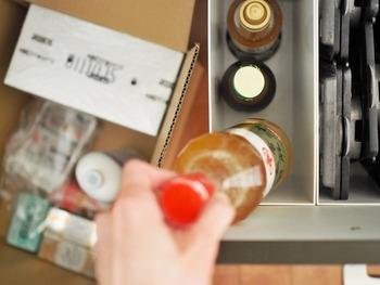ファイルボックスを引き出しに使えば、醤油やドレッシングなどのボトル調味料の収納がしやすくなります。コンロ下にフライパンなどをしまっている人も多いと思いますが、ファイルボックスで仕切ると調味料の収納スペースをプラスできます。