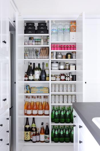 飲料水やワイン、ビールなどを箱買いしている人も多いはず。パントリーがあるなら、段ボールから出して収納してしまいましょう。瓶や缶の高さにあわせて棚位置を変えると、パントリー内のスペースを有効活用できます。