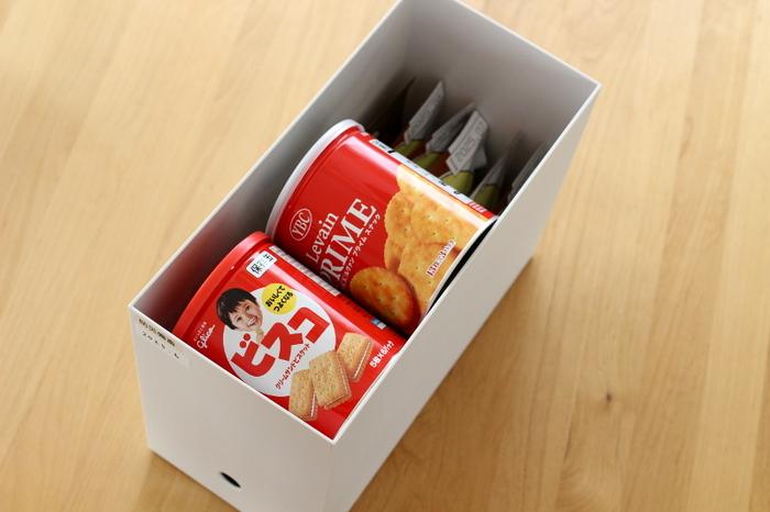 長期間保存が可能なお米やカンパンなどの備蓄食品は、手の届きにくい吊り戸棚の上段にしまってもOK。賞味期限をファイルボックスの見える部分に貼っておけば、期限切れになる前に食べ切ることができます。