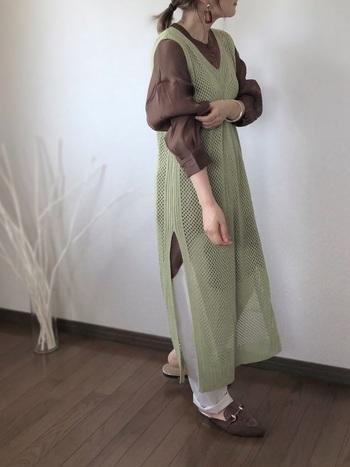 女性らしさと大人っぽさを兼ね備えたココアカラーは大人ガーリーにぴったり。甘めデザインのブラウスを旬なロングベストと合わせて抜け感のある着こなしに仕上がっています。