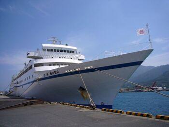 また、フェリーを利用するという方法も。乗船時間は約4時間と長めですが、高速船よりさらにお手頃な価格で移動できますよ。
