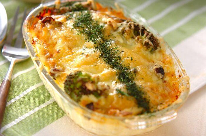 さけ、チーズ、ジャガイモ、ブロッコリー具沢山のチーズ焼きは1皿で大満足。これにスープを添えればあったかい食卓のできあがり。魚や野菜が苦手な人もチーズのおかげで箸が進みそう。