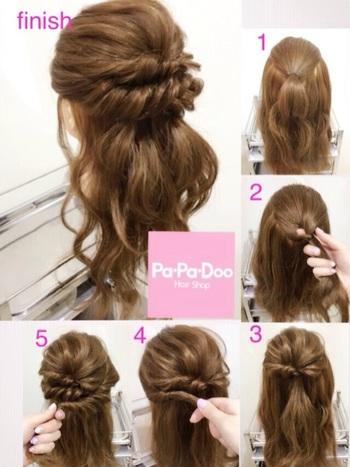 1.トップの髪をゴムで縛ります。 2.くるりんぱします。 3.全体を引き出します。 4.サイドの髪をねじってきて、留めます。 5.両側同じようにねじって留めます。  おろした髪はウェーブにしても、ランダムに巻いても可愛いです♪