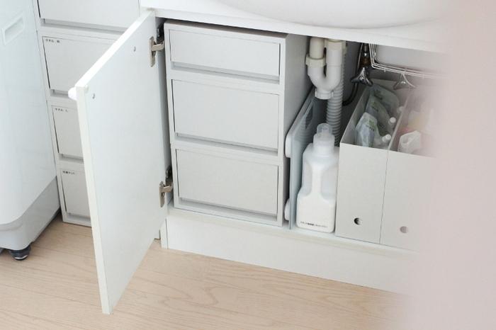 無印良品の引出式ポリプロピレンケースを重ねて洗面台下の収納に入れると、スペースの有効活用ができます。開き戸タイプの洗面台収納は中がデッドスペースになりがち。引き出しを入れることで上の方まで収納できるようになります。引き出しの種類の組み合わせ次第で、使いやすさもアップ!