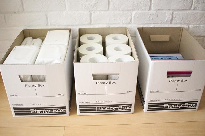 このセリアのボックスにはトイレットペーパー1袋(12ロール)分がぴったり収まります。また、箱ティッシュの横幅にもジャストサイズ。ペーパー類の収納に便利な大きさのボックスなんです。