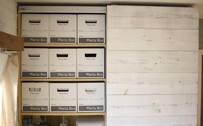 クローゼットの中にセリアのプレンティボックスをきれいに並べて、ストック品の収納を行っている実例。ボックス3つがぴったりと入っているのが気持ちいいですね。箱にはラベリングをして、ティッシュやトイレットペーパーなどを収納しています。