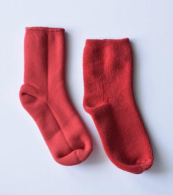 ぷっくりとした質感のこちらは、表と裏がパイル地とスウェット地のリバーシブル仕様の珍しい靴下。