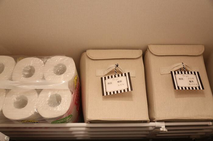 災害時のためのストックはクローゼットの上など、手の届きにくい場所を有効活用しましょう。こちらでは突っ張り式の棚を設置して、簡易トイレやコンロなどのストックを収納しています。トイレットペーパーを多めに買った時の一時保管場所としてもおすすめ。