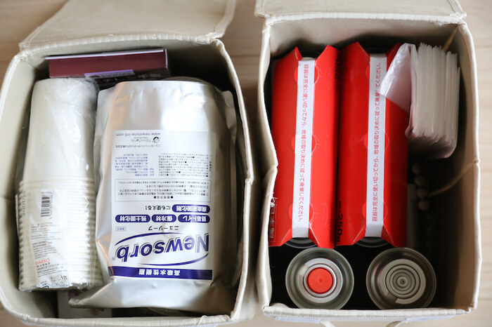 上で紹介しているケースの中はこのようになっています。ふた付きケースなので長期間保管していてもホコリが入らず安心ですね。長い間開けない場合は、中身が何か忘れてしまう場合があるので、ラベリングしておくことをおすすめします。