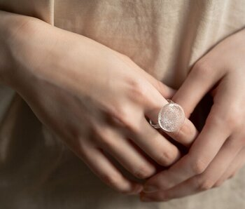 ガラスでできたリング。その繊細さや透き通るさりげない存在感が、自分らしさを際立ててくれるリングです。素材そのままの透明なお色味なので、肌の色との相性を気にする必要もありません。