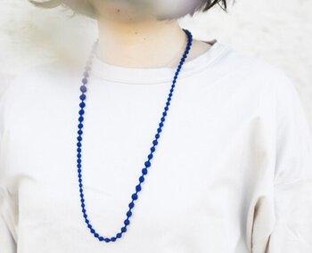 糸玉が愛らしいロングネックレス。糸で出来ているのでとても軽い付け心地です。カラーも豊富なので、つい何色か揃えたくなってしまいます。金属アレルギーの方、肩こりに悩まされている方に特におすすめです。