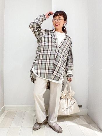 明るく爽やかなアイボリーをベースにした着こなしなら、オーバーチェックもスッキリと着こなせます。メンズライクなサイズ感を選ぶことで、今っぽく仕上がります。