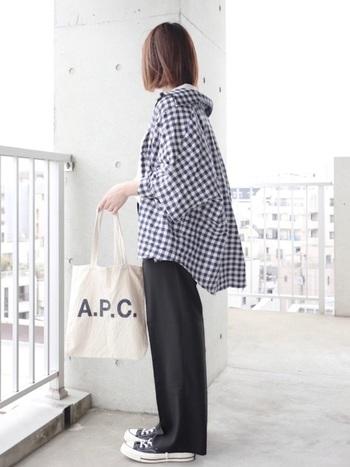 フェミニンなイメージが強いギンガムチェックですが、オーバーサイズのバックドロップシャツでラフなスタイルを作るとクールな着こなしに。ブラックベースのカラーなら甘くならずスタイリッシュに仕上がります。