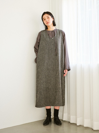 ジャンパースカートのレイヤードとしても。かっちりとしたリネン×ウールのヘリンボーン素材と、とろみのあるブラウスを合わせることでより女性らしいスタイリングに仕上がります。おしゃれなワントーンコーデを楽しんで。
