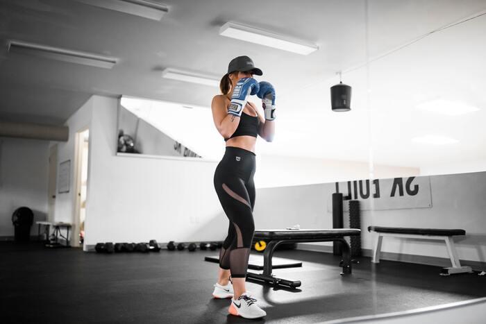 「ボクシングエクササイズ」はボクシングの基本的な動作をリズミカルに行う有酸素運動です。実際のボクシングほどストイックになる必要はなく、ダイエット目的の女性にぴったり。集中してパンチやキックを繰り返すとストレス発散にもなりますよ。