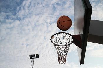 「バスケットボール」は仲間が5人揃えばチームを組めるスポーツです。いざ試合が始まると勝負が決まるまで終われないので、一人のスポーツが長続きしない人には特におすすめ。楽しくプレーしながらどんどん脂肪が燃焼されますよ。