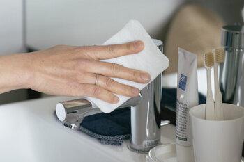 エポクリン加工を利用したクロスは、水をつけてこすると消しゴムの要領で汚れを落としてくれます。洗剤を使わなくても汚れが落ちるだけじゃなく、煮沸して何度も繰り返し使えるのもエコなポイント。  油汚れには石鹸をつけて使うとより効果的に汚れを落とせます。