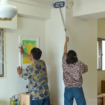 業務用として選ばれる高い品質を持つMQ-Duotex。アルミ製のモップは軽量だから持ち上げて掃除するのも楽々。  水だけでも十分キレイになるMQ-Duotexのモップはエコで経済的。床掃除はもちろん、手の届かない天井、壁、窓掃除もこれ1本あればOK!