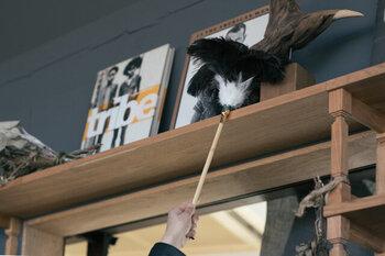 掃除の基本は上から下へ。ホコリは下へ落ちていくので高いところの掃除から始めましょう。神棚があれば神棚から。梁があれば梁のホコリを落とすなど、高い場所でもホコリは溜まっています。  こちらは江戸屋の優しい力でほこりが取れる羽はたき。ひとつ持っておくと普段の掃除でも役立ちますよ。
