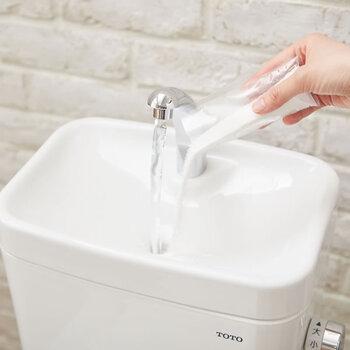 木村石鹸よりトイレタンク専用の洗浄剤。洗浄成分+酵素の力で、トイレタンク内部の悪臭の原因となる黒カビや水アカを分解、除菌します。  専用洗剤は各所の汚れに合わせて成分を配合されているので、しっかり汚れを落としてくれるのが魅力的ですよね。