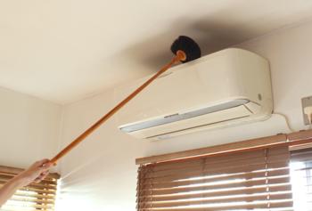 エアコンの上やカーテンレールの上はホコリがたまりやすい場所。ホコリが溜まったままエアコンを作動させると空気中にホコリが舞ってしまいます。