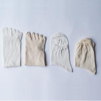 つま先の冷えが辛い…という方におすすめ!オーガニックコットンとシルクを使った靴下です。左からシルク5本指、綿5本指、シルク、綿と4枚重ね履きすることがポイント。