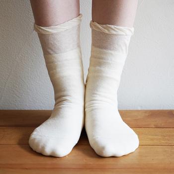 肌に直接触れるシルクが汗を吸い取って発散するので、サラサラな履き心地です。靴下の丈はそれぞれ異なるので、履き口が重ならず締め付け感が少ないのもgood。