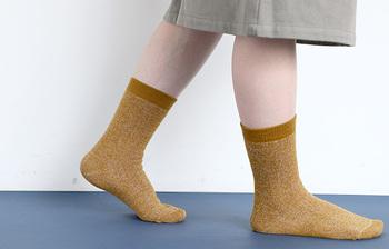 名前の通り保温性が高い靴下です。温かさの秘密は断熱繊維。ゴムは締め付けすぎないつくりで、ストレスなく履けるのも嬉しいポイントです。色の種類が豊富なので、色違いでいくつか持っていても良さそう!