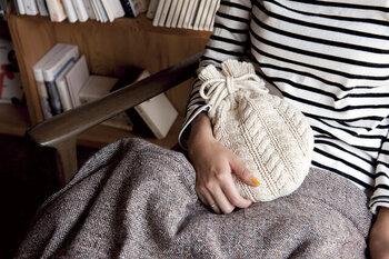 見た瞬間に可愛い!と声が出そうな湯たんぽ。ころんとした形と、ざっくりとした編み目がキュートですよね。サイズは21cm×28cmとコンパクトなので、持ち運びも楽々。