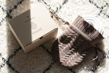 色は4種類あり、写真は新色のココアです。ボックスもシンプルで可愛いので、プレゼントにしても良いですね。