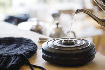 カバーを開けると丸い湯たんぽがお目見え。中央のフタを開けてお湯を注げばOKです。