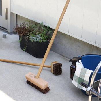 大掃除ついでにキレイにしたいのが、ベランダやバルコニーの床。この葉が落ちたままだと排水口が詰まってしまうこともあります。  こちらは松野屋のシダデッキブラシ。やわらかくてコシのあるシダを使っているから優しく掃除ができます。重曹を撒いてゴシゴシすると汚れが落ちやすいですよ。ベランダもさっぱりした気持ちで年を越しましょう。