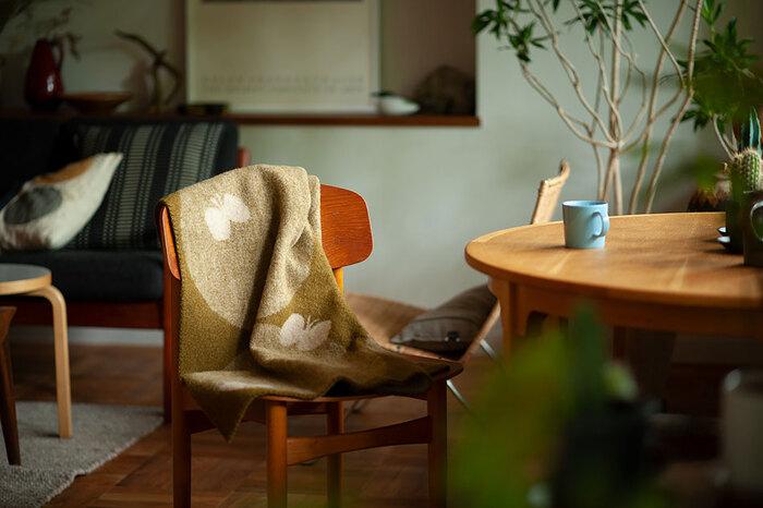 こちらは「ミナ ペルホネン」のデザイナーさんとクリッパンがコラボレーションしたブランケット。ちょうちょが優雅に舞う様子がデザインされています。椅子やソファーに掛けていても様になりますよ。