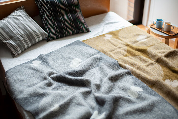 ひざ掛けや肩掛けなど、色々な用途に使えるのが魅力。サイズは90cm×130cmで、お子さんの寝具としても使えます。寝ている間に寒い時は、羽毛布団の上に掛けても◎