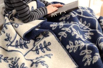 こちらはグレーとブルーのリバーシブル。落ち着いた色合いも素敵ですね。サイズは100cm×135cmと135cm×200cmの2種類あります。